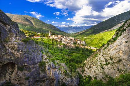 42136320-mountain-villages-of-abruzzo-italy