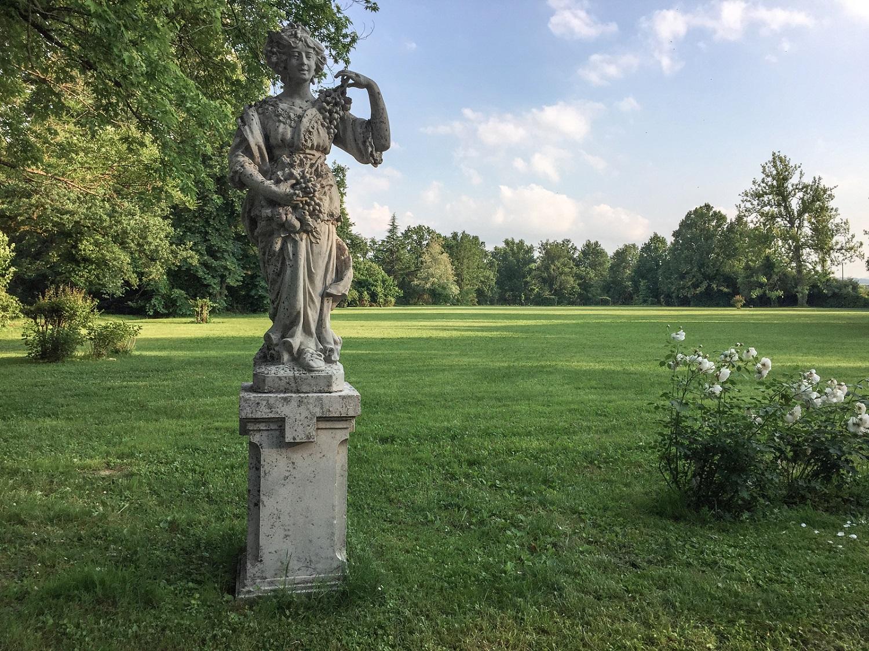 una-delle-statue-allegoriche-nel-parco-
