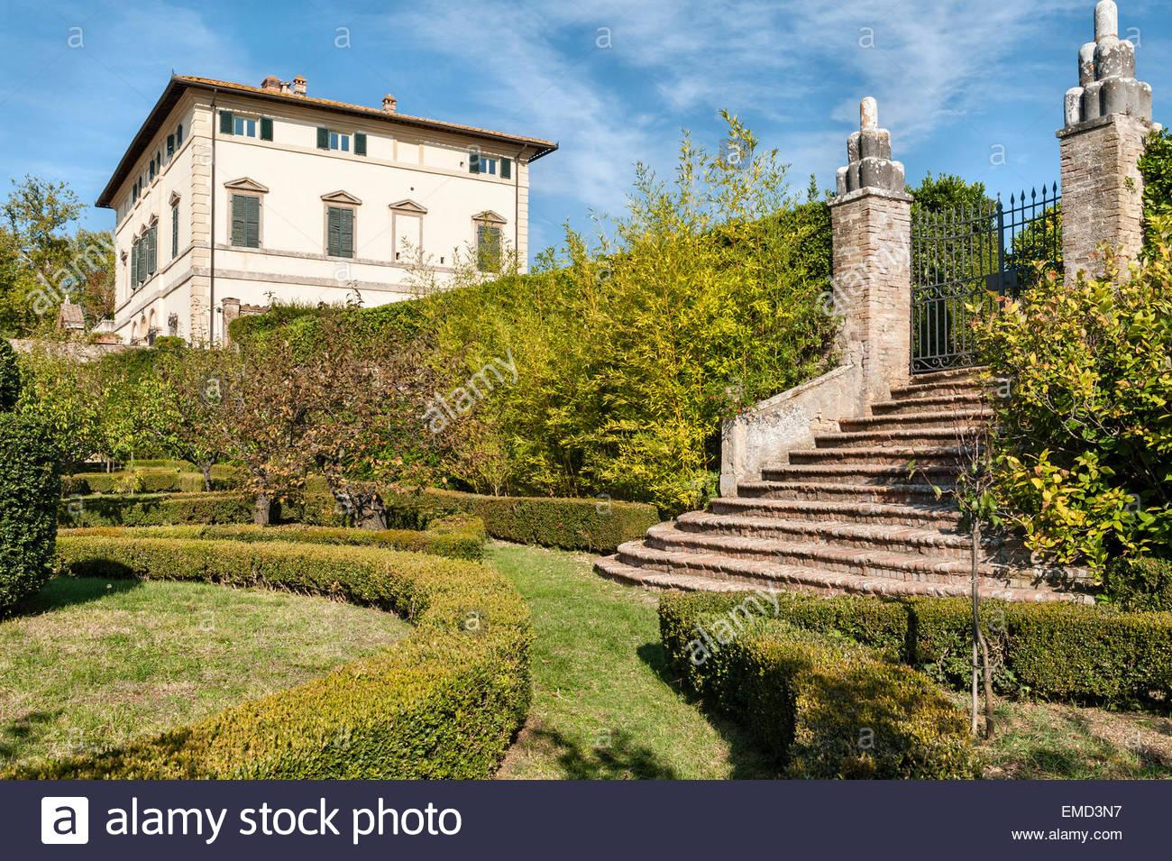 vicobello-siena-toscana-italia-la-villa-e-parte-del-procedimento-formale-di-giardino-allitaliana-con-agganciato-siepi-di-bosso-emd3n7