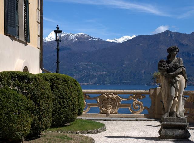 villa-balbianello-statua-e-lampione