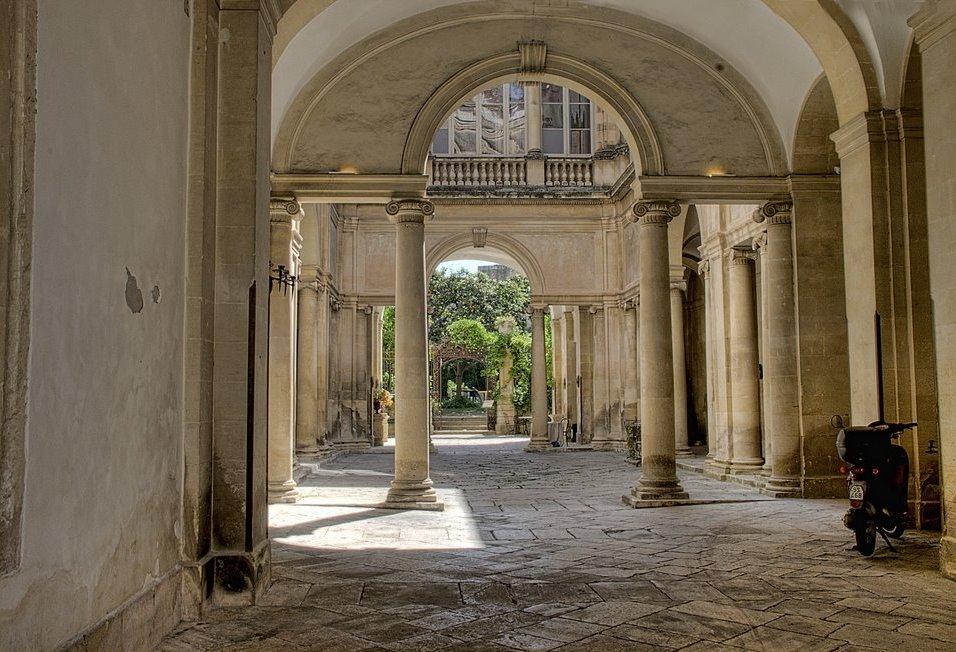 Palazzo tamborino cezzi luoghi italianbotanicaltrips for Cortile circolare