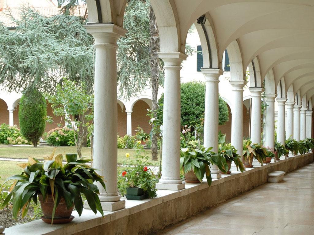 le-cloitre-du-couvent-de-san-lazzaro-degli-armeni-lagune-de-venise-1620714352-