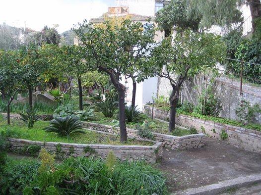 il-giardinodi-casa-cuseni-che-dalla-circomvallazione-di-taormina-si-estende-fino-alla-chiesa-della-madonna-della-rocca