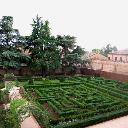 02-giardino-di-palazzo-costabili