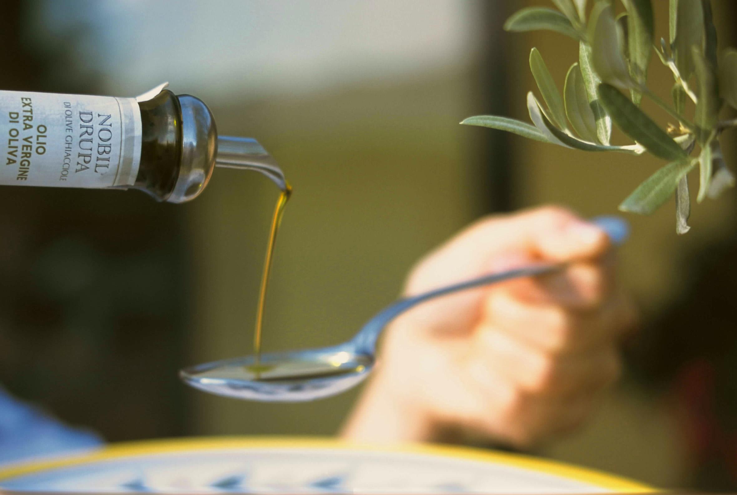 olio-versato-cucchiaio-nobil-drupa
